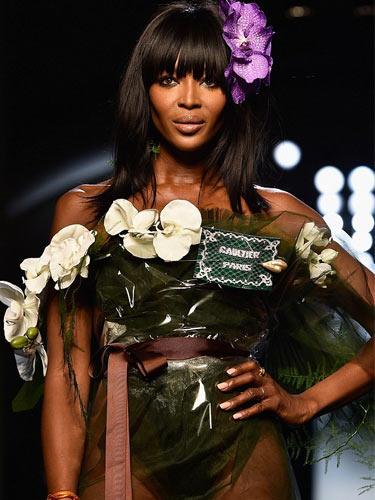 Siyahi model podyuma sadece çiçek buketiyle çıktı!