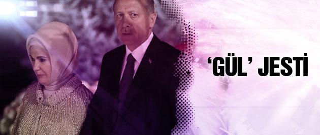 Erdoğan çiftine 30 Ağustos resepsiyonunda 'gül' jesti!