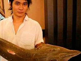 Tezgahtaki balığın karnından bakın ne çıktı
