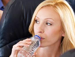 Uçakta su içmek artık yasak!