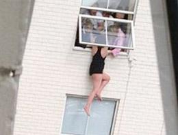 Pencereden atladı, arkadaşları yakaladı!