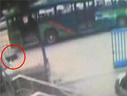 Liseli kız otobüsten böyle düştü