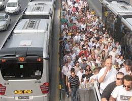 Şüpheli paket Metrobüsü durdurdu!