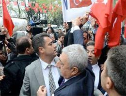 'Akil İnsanlar'a bayraklı protesto!