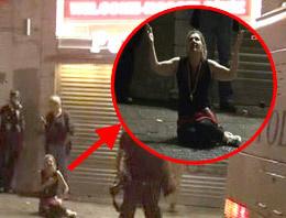 Polisin önünde yere çöküp dua etti