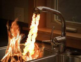 Evlerdeki musluktan petrol akıyor!