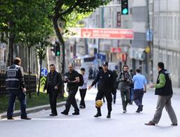 Caddeyi boş bulan polisler çocuklarla eğlendi