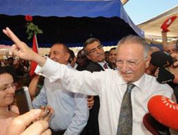 Monşer aday Ekmeleddin İhsanoğlu akbille geziyor