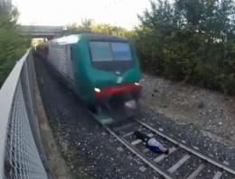 Tren raylarında ölümle dans kamerada
