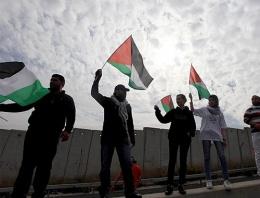 Filistin bayrağı taşıyanlar yandı