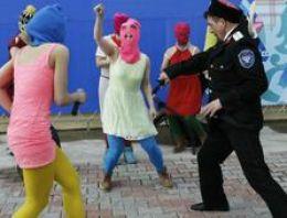 Pussy Riot üyesi Putin karşıtı gösteride gözaltına alındı