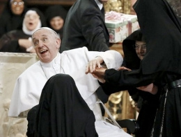 Rahibeler Papa'yı sıkıştırdı kardinal şok etti