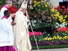 Papa: Şiddeti besleyen kibre yenik düşmeyelim