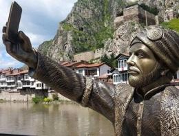 'Selfie çeken şehzade' heykeli sosyal medyayı yıktı