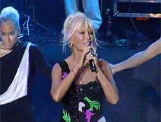 Ajda Pekkan konsere mayo ile çıktı