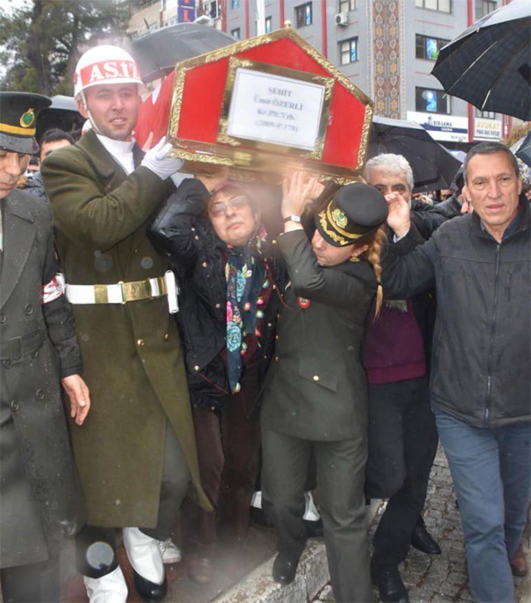 Şehit Pilot Yüzbaşı Özerli, İzmir'de gözyaşlarıyla uğurlandı - Sayfa 2