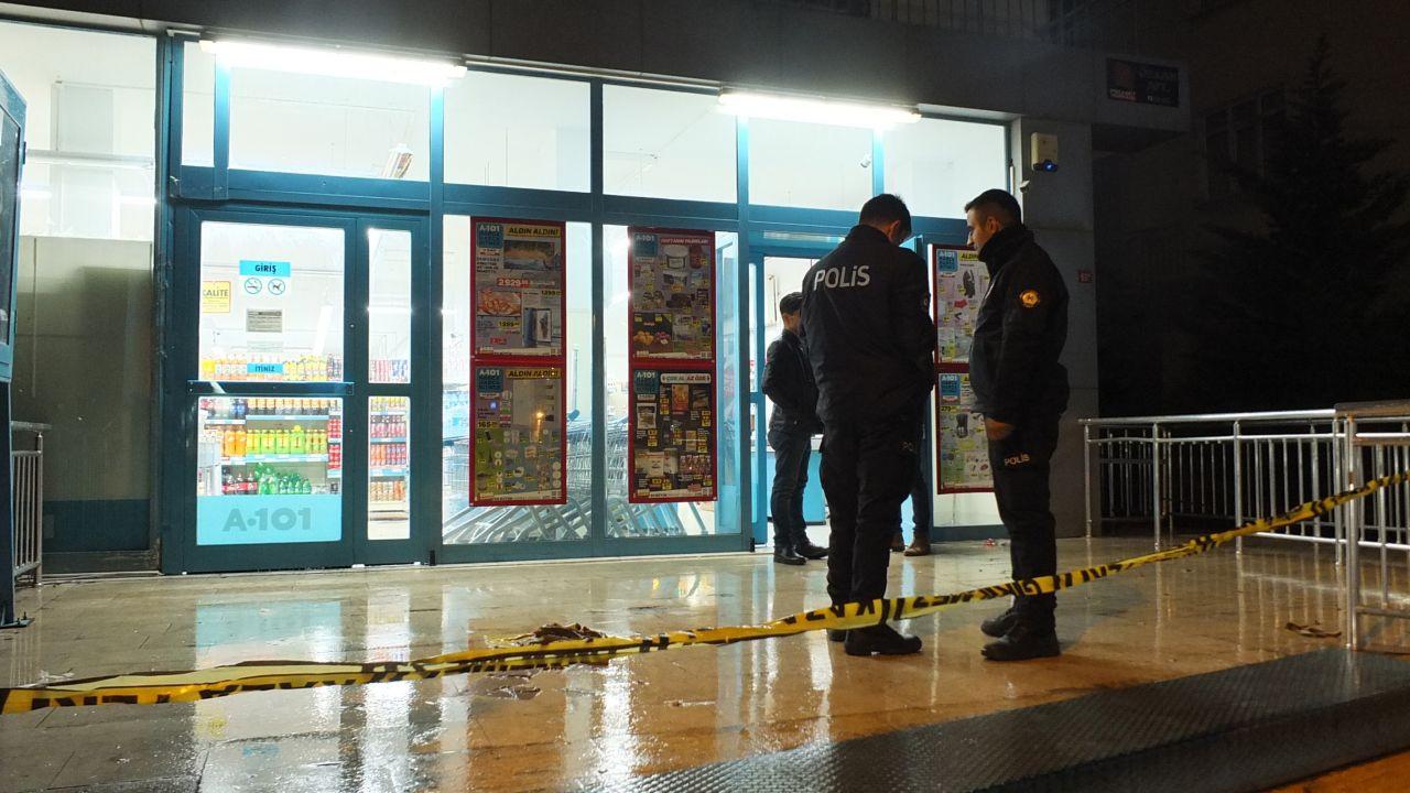 Maltepe'de marketten silahlı soygun: Soyguncu kamerada!
