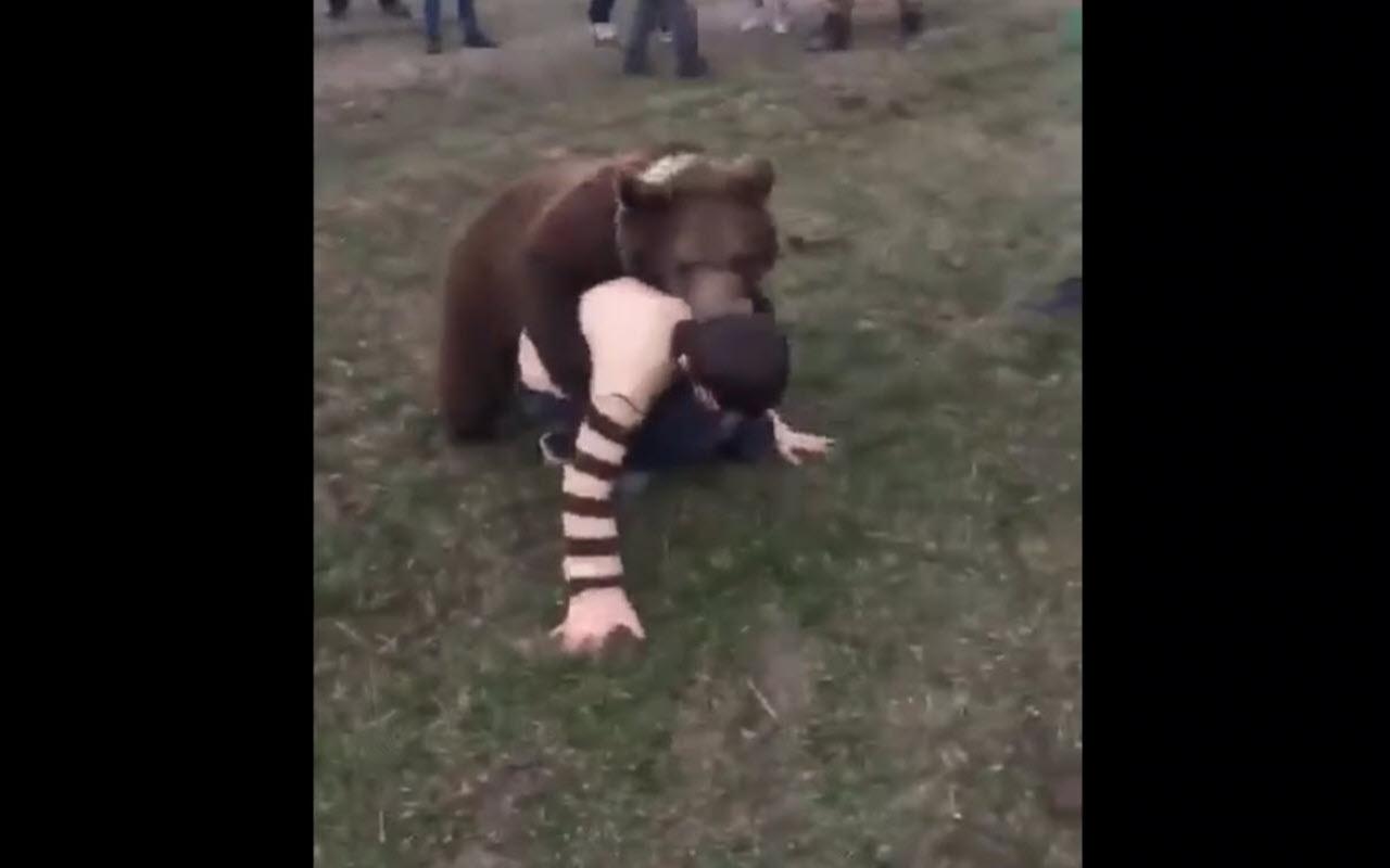 Dağıstanlı çocuk ayı yavrusu ile güreşti İşte o anlar