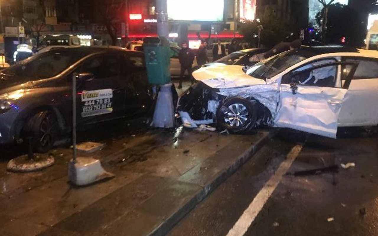 Beşiktaş'ta hızını alamayan otomobil 3 araca çarptı: 4 yaralı