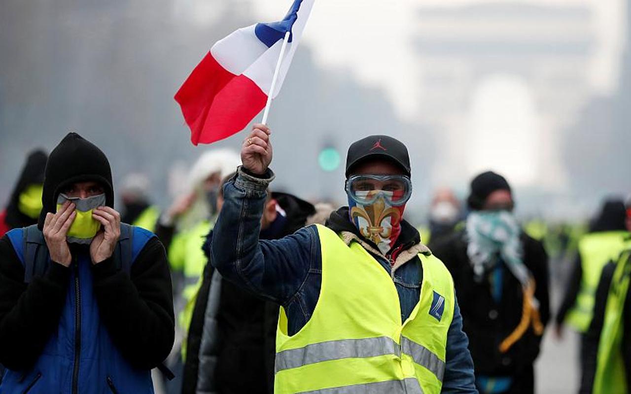 Sarı Yelekliler Paris'i savaş alanına çevirdiler