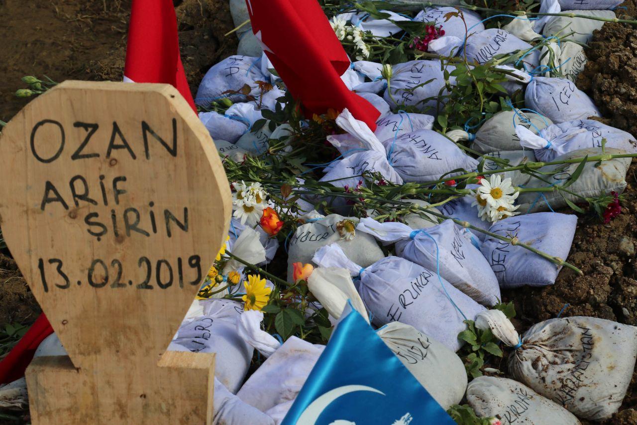 Ozan Arif'in mezarına bakın ne bıraktılar! - Sayfa 1