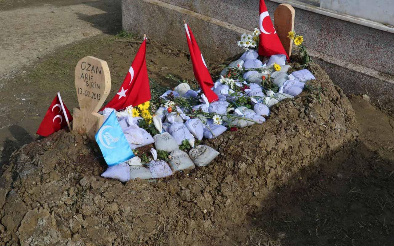 Ozan Arif'in mezarına Türkiye'nin dört bir yanından toprak bırakıldı