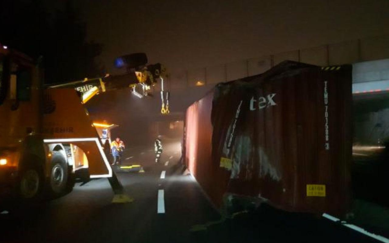 TIR üst geçide çarptı, konteyner yola devrildi>