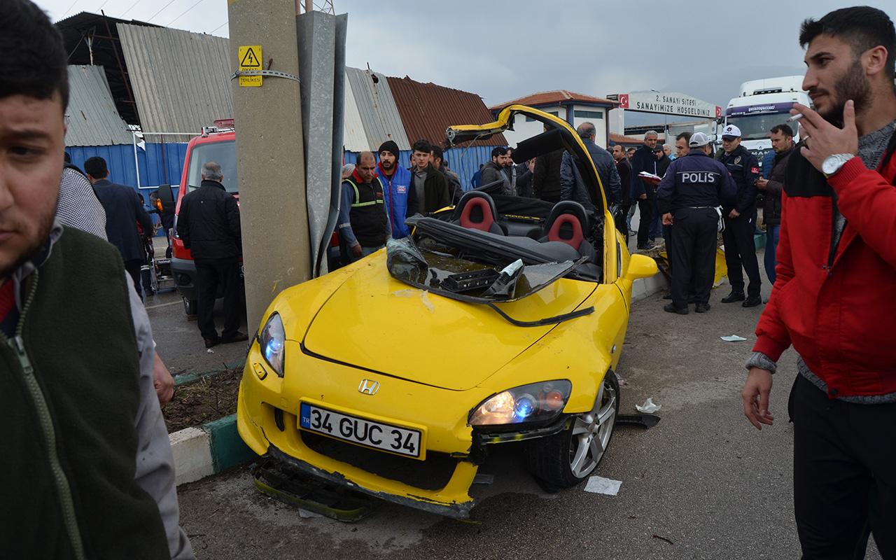 Osmaniye'de kontrolden çıkan otomobil direğe çarptı: 2 yaralı