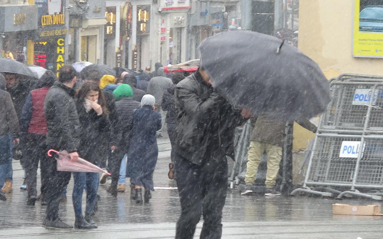 İstanbul'da rüzgar ve karla mücadele; şemsiyeler kırıldı