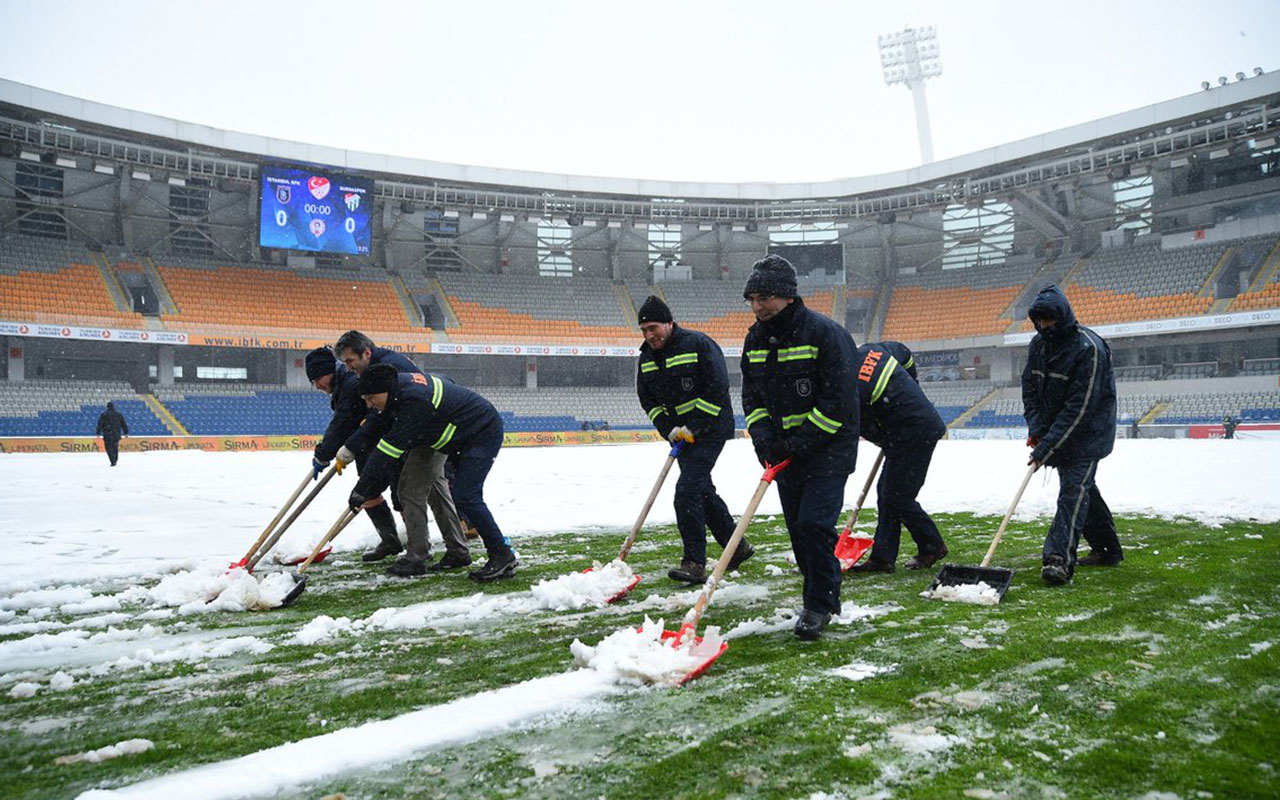 Başakşehir-Bursaspor maçı için karlar temizleniyor