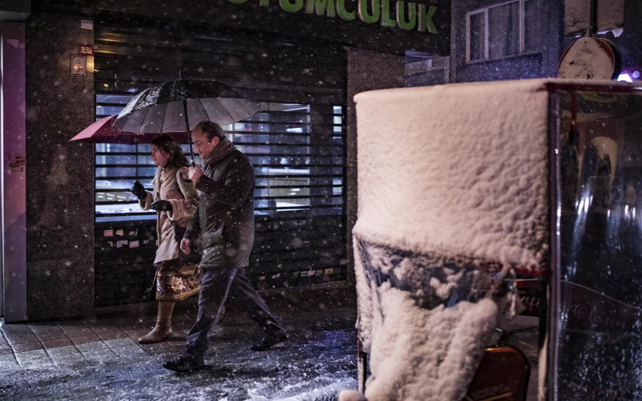 İstanbul'da kar yağışı etkisini arttırdı Vali Yerlikaya'dan uyarı