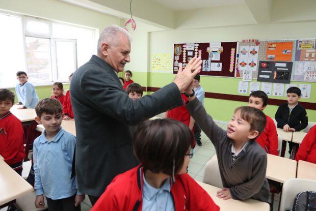 Binali Yıldırım, Çekmeköy Reşadiye Altan Yazıcı İlkokulu 2B sınıfını ziyaret etti.