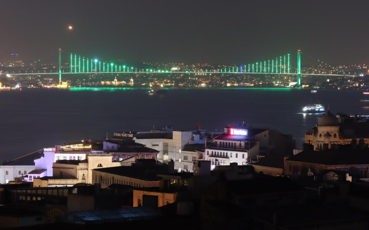 Çamlıca Camii'ndeki ışık testleri görsel şölen oluşturdU