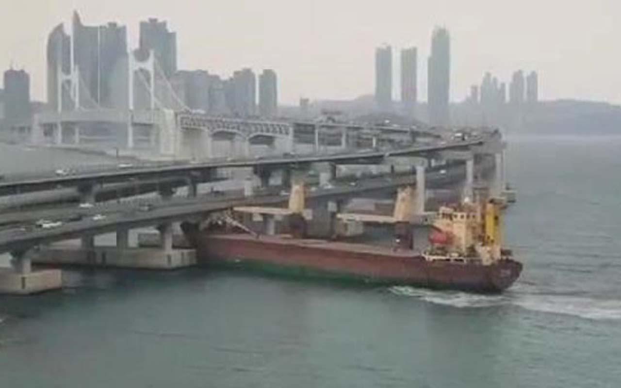Güney Kore'de Rus kargo gemisi köprüye böyle çarptı
