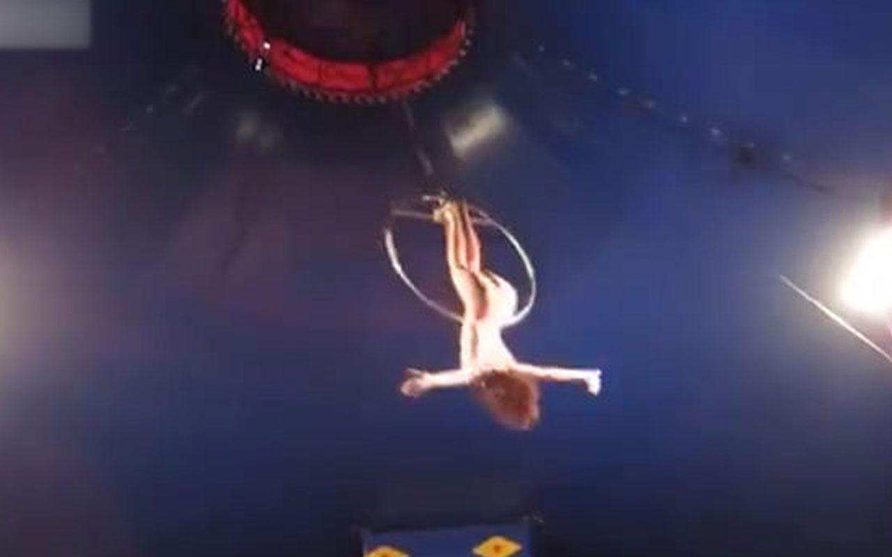 Kadın akrobat gösteri sırasında yere çakıldı