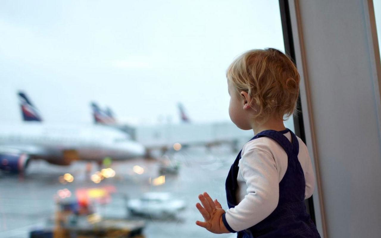 Bebeğini havalimanında unutup uçtu