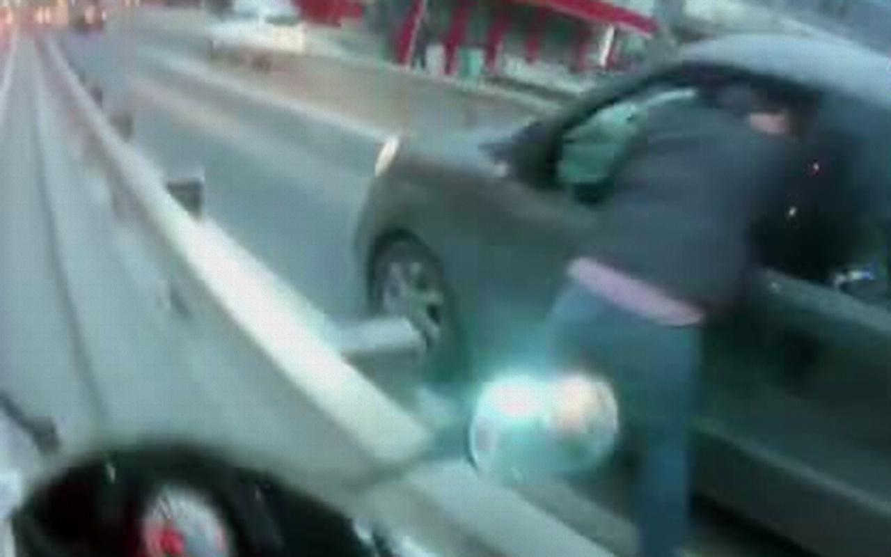 İstanbul trafiğinde kavga: Bir anda birbirlerine girdiler!