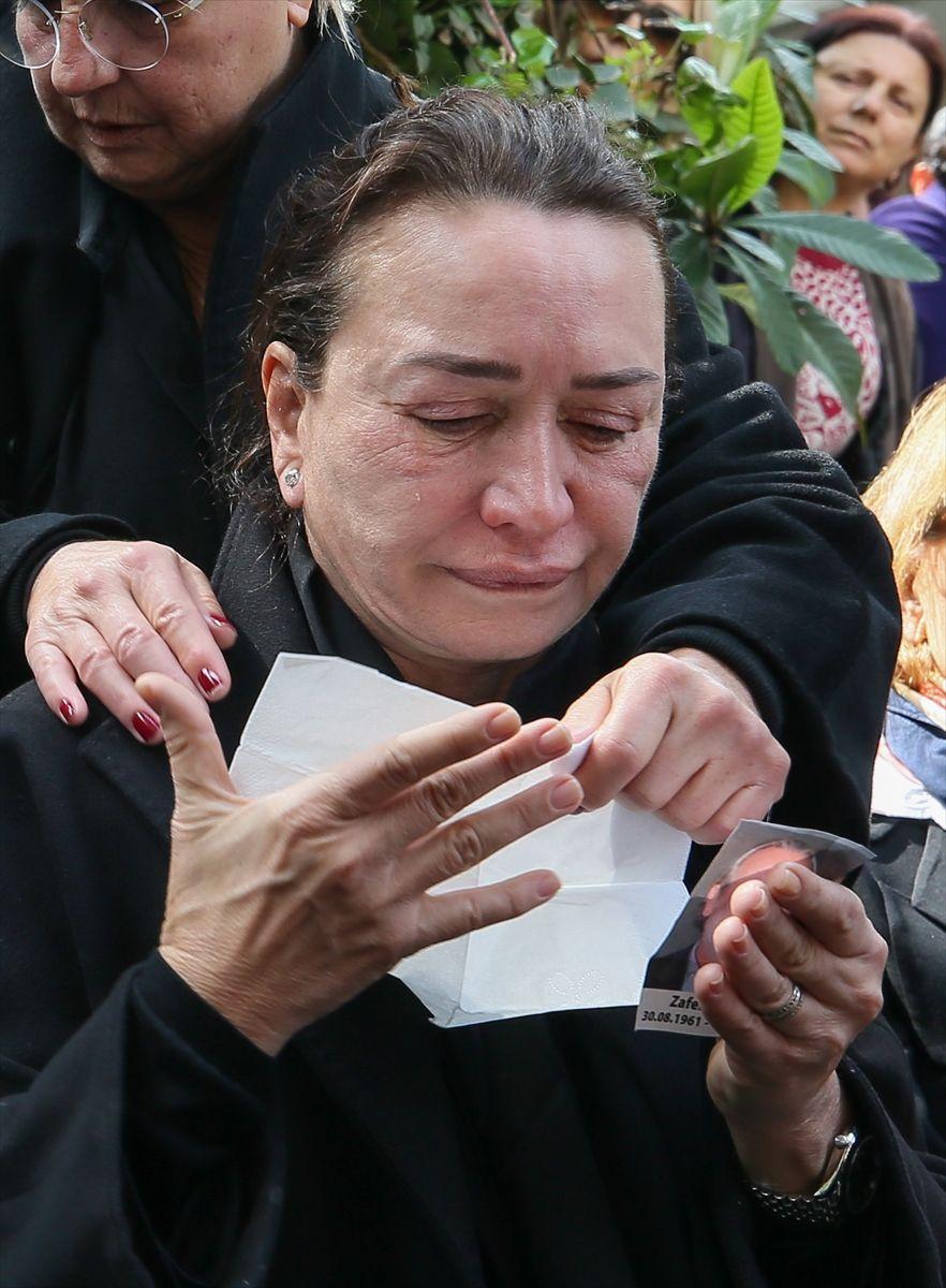 Demet Akbağ eşi Zafer Çika'nın tabutunu taşımak istedi ağlatan anlar - Sayfa 2