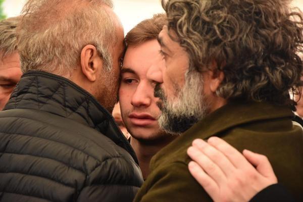 Demet Akbağ eşi Zafer Çika'nın cenazesinde ağlayarak Ata Demirer'in eline sarıldı - Sayfa 9