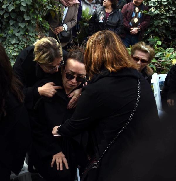 Zafer Çika'nın cenaze töreni eşi Demet Akbağ ve oğlu perişan halde - Sayfa 13