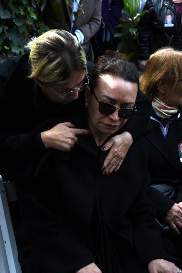 Zafer Çika'nın cenaze töreni eşi Demet Akbağ ve oğlu perişan halde - Sayfa 15