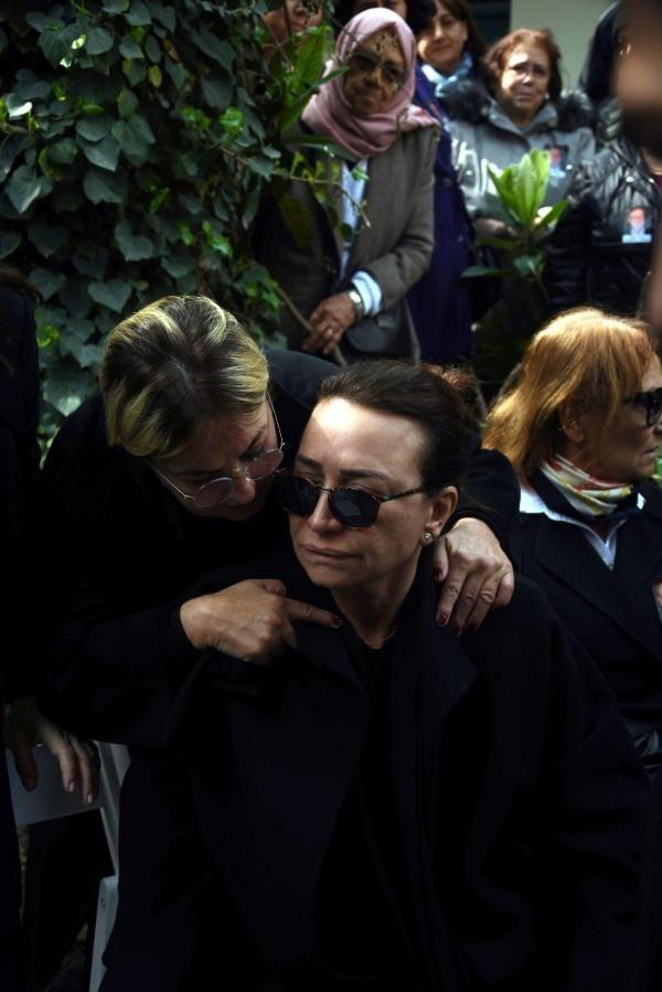 Zafer Çika'nın cenaze töreni eşi Demet Akbağ ve oğlu perişan halde - Sayfa 16