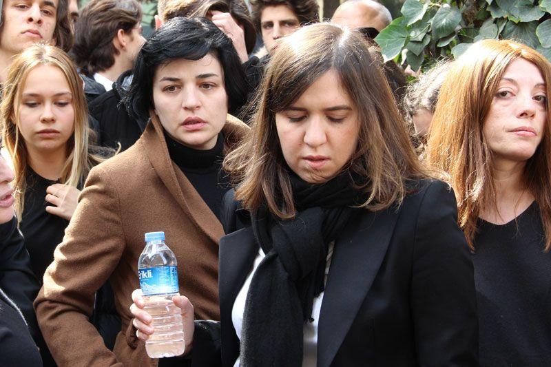 Demet Akbağ eşi Zafer Çika'nın cenazesinde ağlayarak Ata Demirer'in eline sarıldı - Sayfa 12