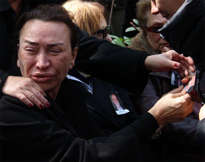 Demet Akbağ eşi Zafer Çika'nın cenazesinde ağlayarak Ata Demirer'in eline sarıldı - Sayfa 6