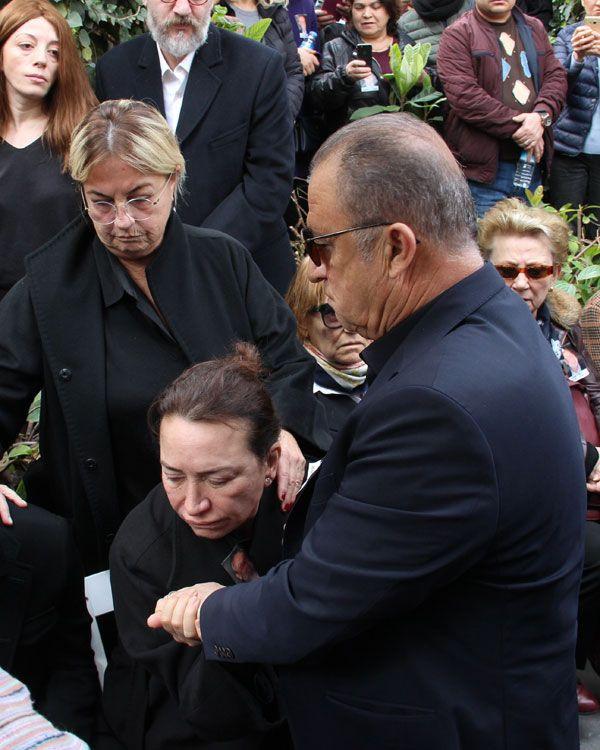 Demet Akbağ eşi Zafer Çika'nın cenazesinde ağlayarak Ata Demirer'in eline sarıldı - Sayfa 11