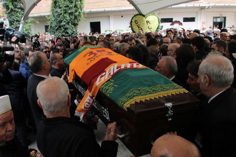 Demet Akbağ eşi Zafer Çika'nın cenazesinde ağlayarak Ata Demirer'in eline sarıldı - Sayfa 1