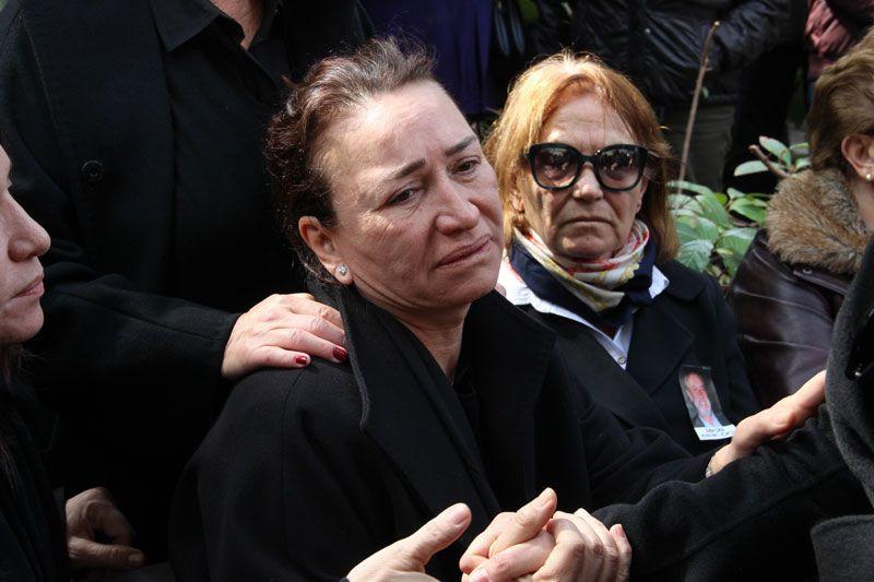 Demet Akbağ eşi Zafer Çika'nın cenazesinde ağlayarak Ata Demirer'in eline sarıldı - Sayfa 7