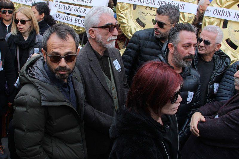 Demet Akbağ eşi Zafer Çika'nın cenazesinde ağlayarak Ata Demirer'in eline sarıldı - Sayfa 17