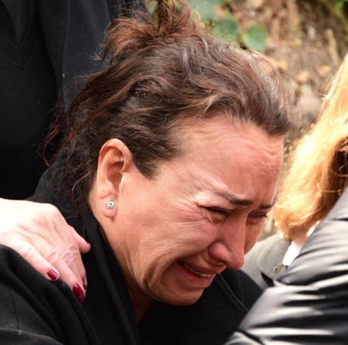 Demet Akbağ eşi Zafer Çika'nın cenazesinde ağlayarak Ata Demirer'in eline sarıldı - Sayfa 10