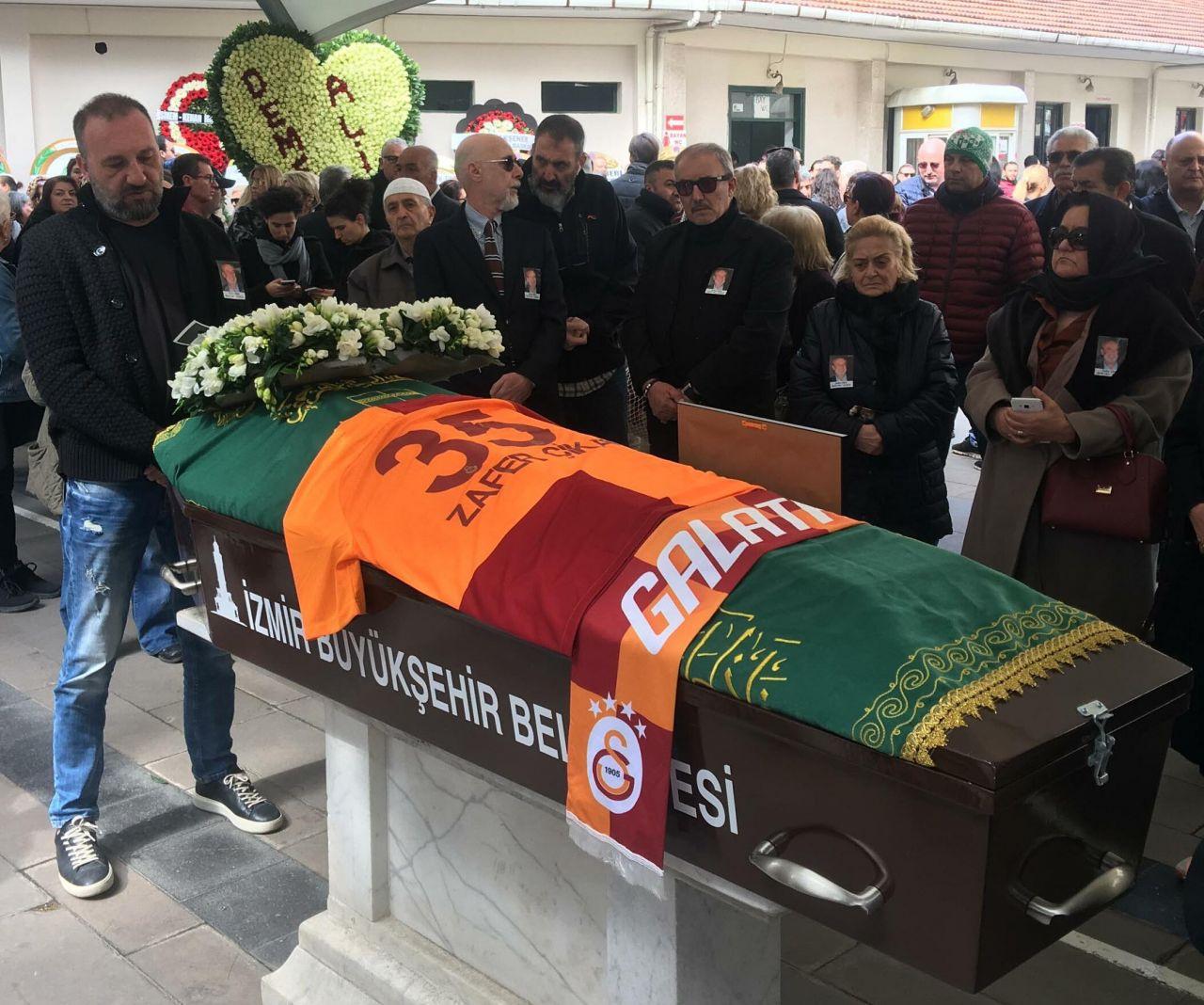 Zafer Çika'nın cenaze töreni eşi Demet Akbağ ve oğlu perişan halde - Sayfa 3